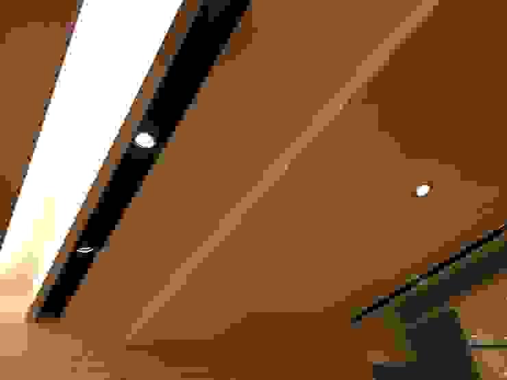 裝潢免百萬 利用現有格局及顏色的搭配 打造完美的家 經典風格的走廊,走廊和樓梯 根據 捷士空間設計(省錢裝潢) 古典風