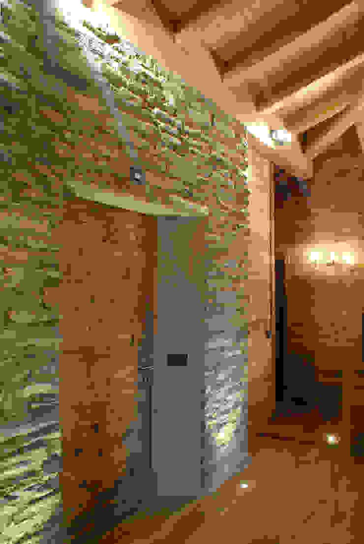 Modern Corridor, Hallway and Staircase by GRITTI ROLLO   Stefano Gritti e Sofia Rollo Modern Stone