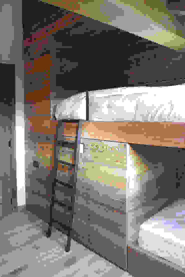 Modern Kid's Room by GRITTI ROLLO   Stefano Gritti e Sofia Rollo Modern Solid Wood Multicolored
