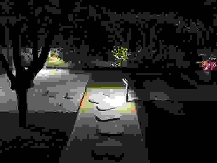 Uno sguardo notturno Giardino moderno di AbitoVerde Moderno