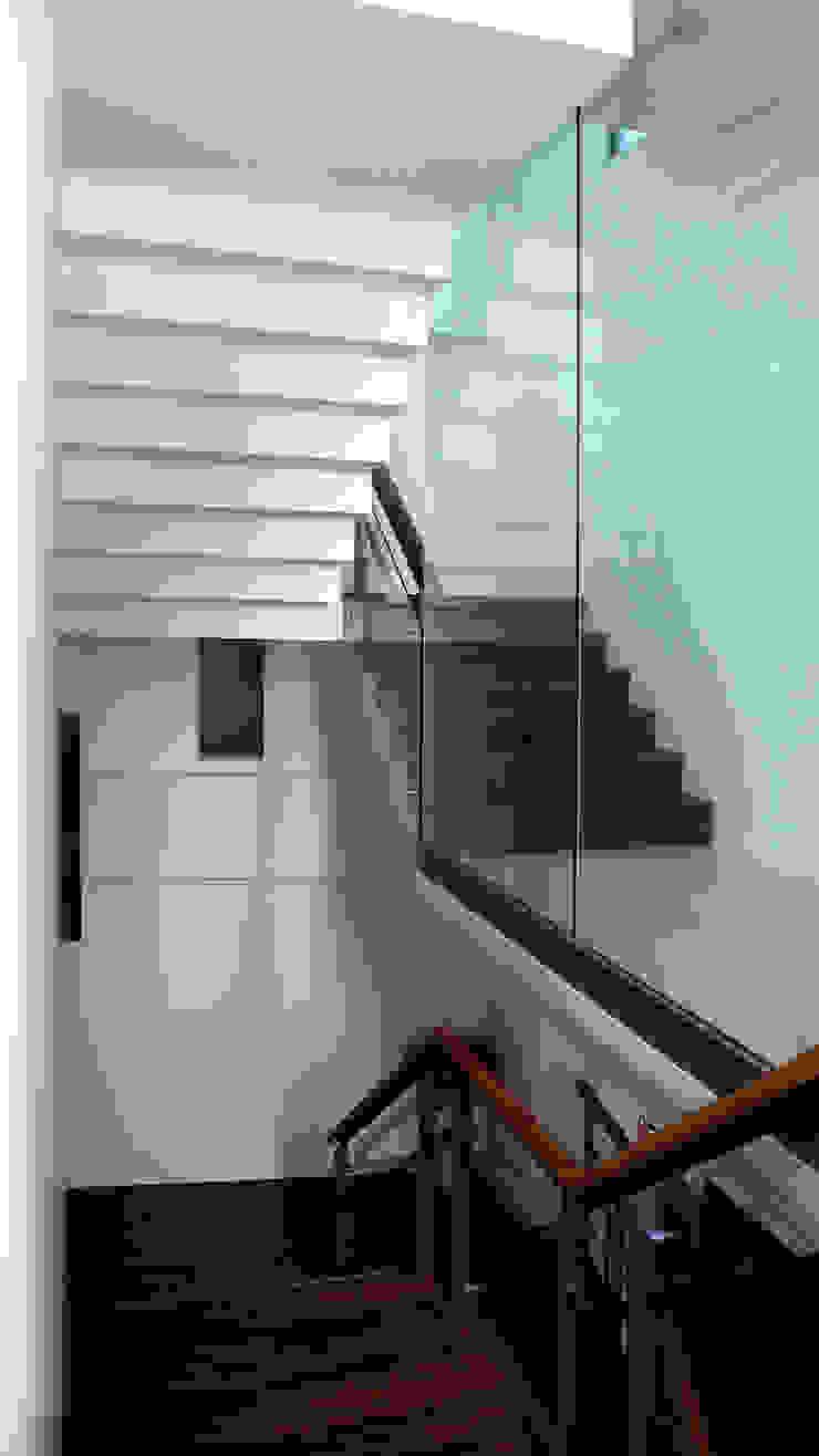 樓梯 根據 黃耀德建築師事務所 Adermark Design Studio 簡約風
