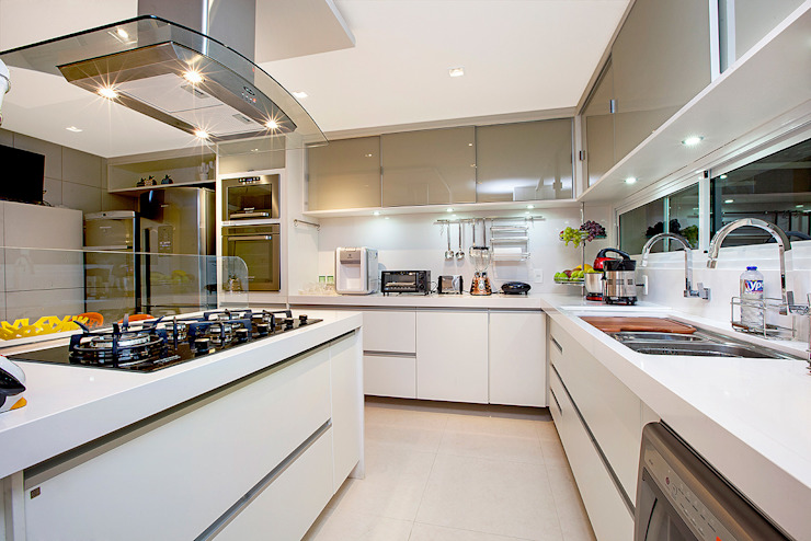 Kitchen units by RI Arquitetura,