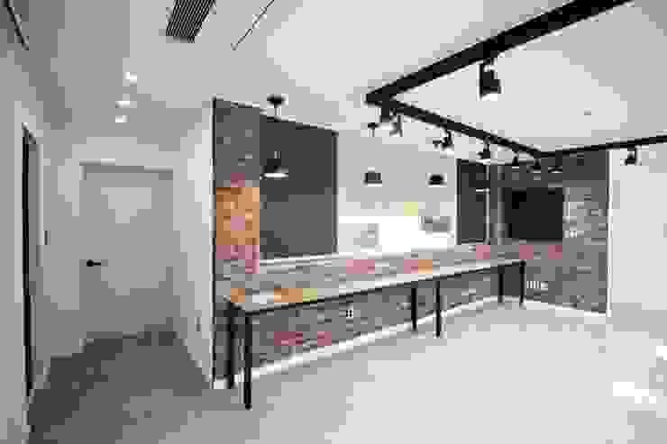 GN건축사사무소 现代客厅設計點子、靈感 & 圖片 磁磚 White