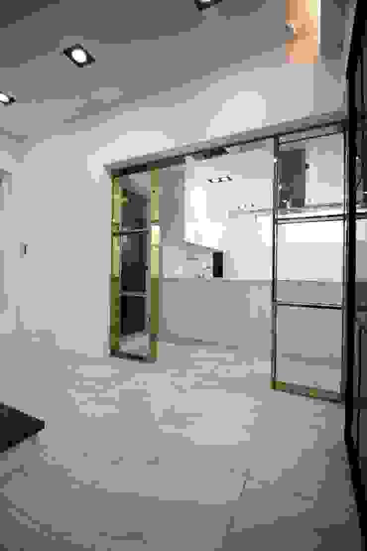 GN건축사사무소 Pasillos, vestíbulos y escaleras modernos Azulejos Blanco