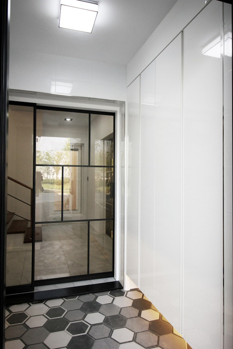 GN건축사사무소 Modern corridor, hallway & stairs Glass White