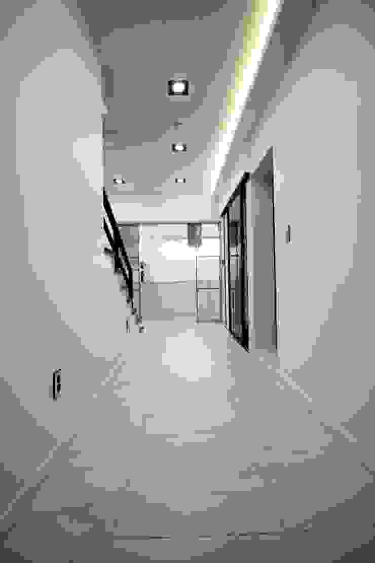 GN건축사사무소 Pasillos, vestíbulos y escaleras de estilo moderno Azulejos Blanco