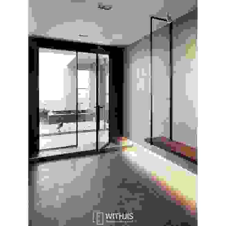 Ingresso, Corridoio & Scale in stile moderno di WITHJIS(위드지스) Moderno Alluminio / Zinco