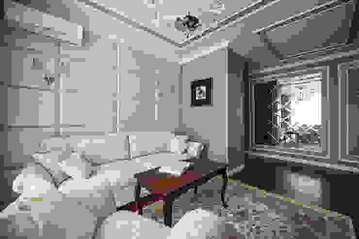 Реализованный дизайн-проект квартиры на Университете Гостиная в классическом стиле от Style Home Классический