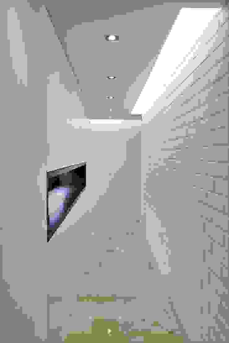 Apartamento en Chulavista Pasillos, vestíbulos y escaleras de estilo minimalista de RRA Arquitectura Minimalista Mármol
