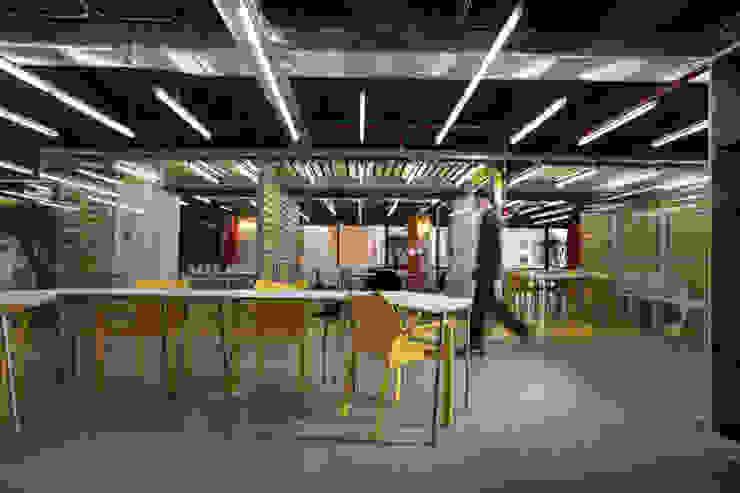 Oficinas Impact Hub Caracas Oficinas de estilo industrial de RRA Arquitectura Industrial Madera Acabado en madera