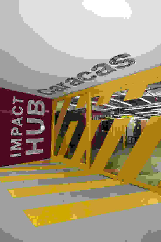 Oficinas Impact Hub Caracas Oficinas de estilo industrial de RRA Arquitectura Industrial Vidrio