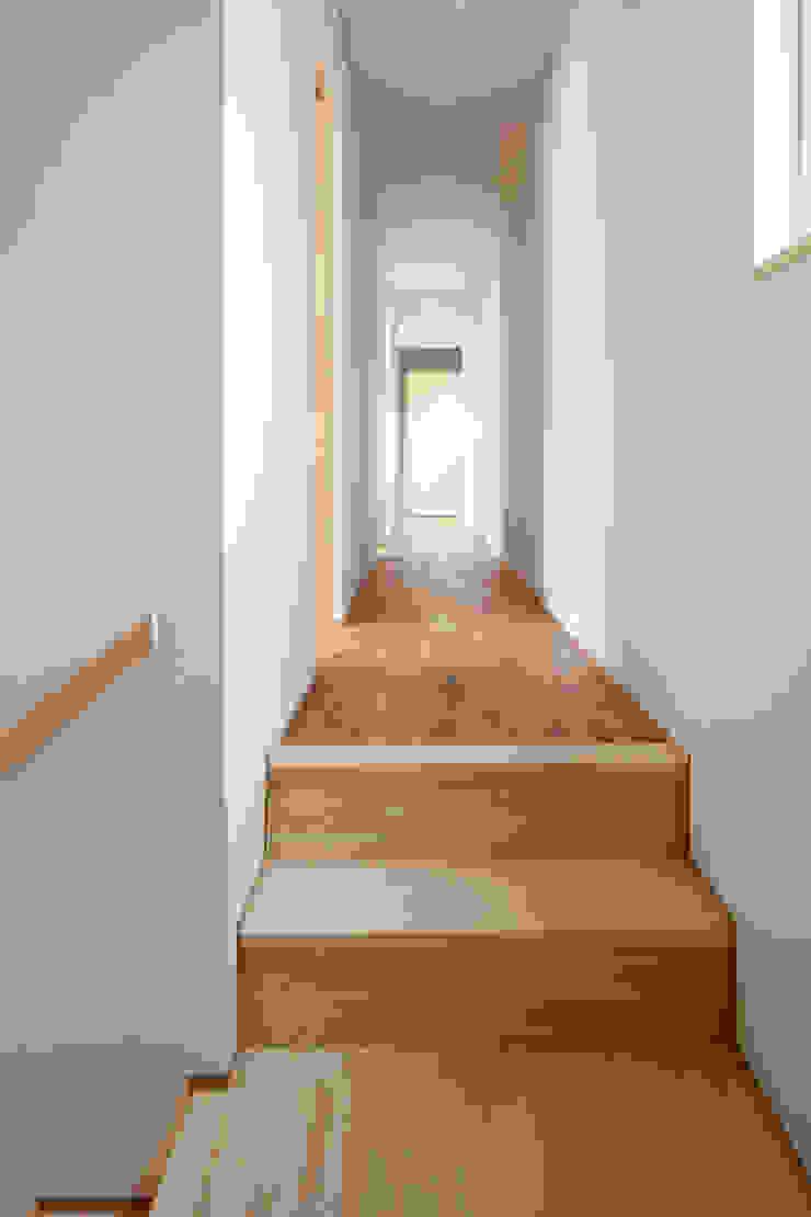 五藤久佳デザインオフィス有限会社 Modern corridor, hallway & stairs