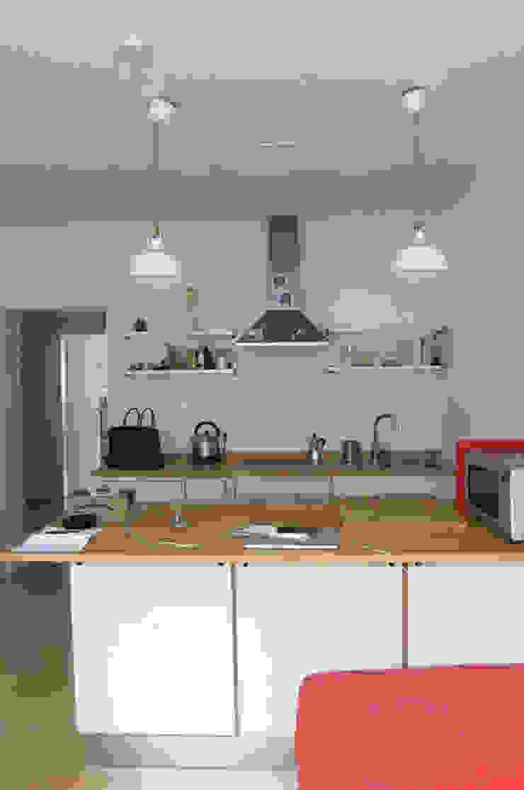 Möbliertes Appartement - Kochzone VORHER Industriale Esszimmer von Tschangizian Home Staging & Redesign Industrial