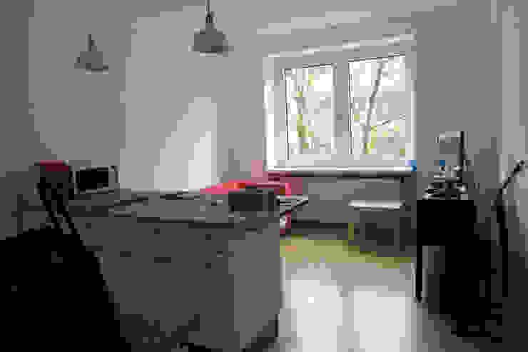 Möbliertes Appartement - Wohnbereich VORHER Minimalistische Wohnzimmer von Tschangizian Home Staging & Redesign Minimalistisch