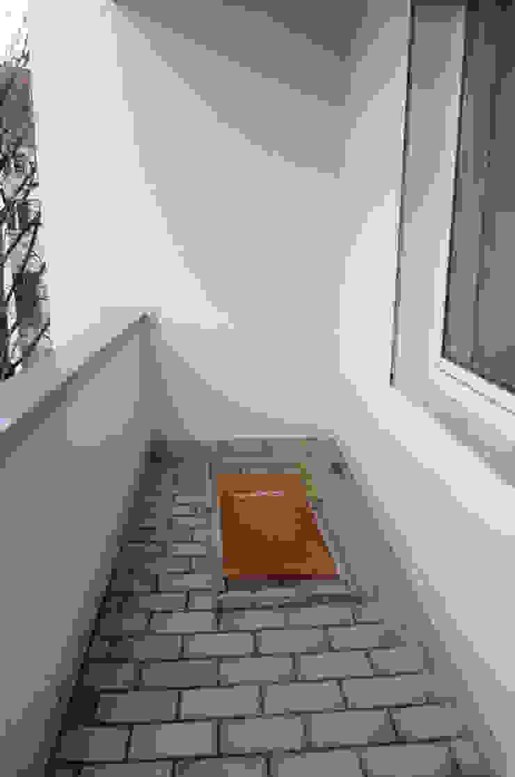 Möbliertes Appartement - Balkon VORHER Minimalistischer Balkon, Veranda & Terrasse von Tschangizian Home Staging & Redesign Minimalistisch