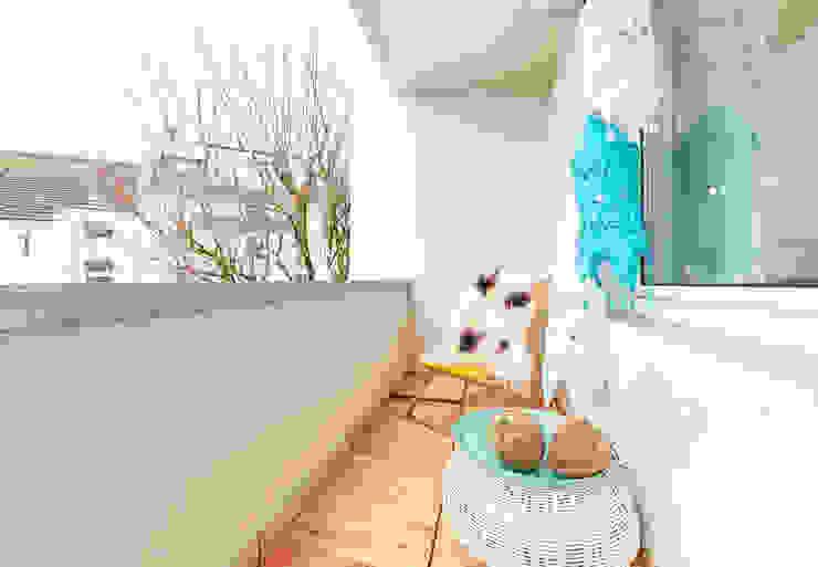 Möbliertes Appartement - Balkon NACHHER Ausgefallener Balkon, Veranda & Terrasse von Tschangizian Home Staging & Redesign Ausgefallen