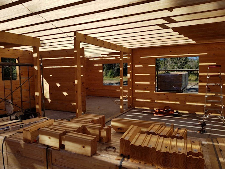 Construcción de Casa de madera en Pucón, Chile. Livings de estilo escandinavo de Patagonia Log Homes - Arquitectos - Neuquén Escandinavo Madera Acabado en madera