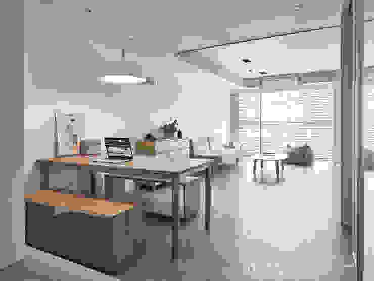 Minimalist dining room by SECONDstudio Minimalist Solid Wood Multicolored