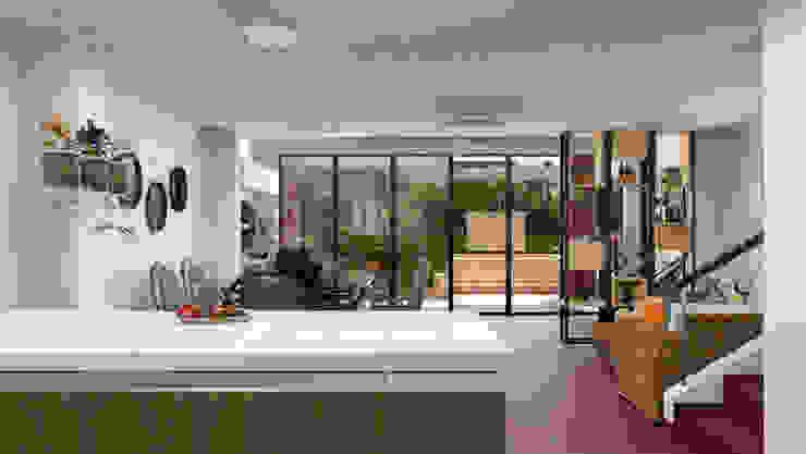 Vista desde la cocina hacia la sala de Qbico Design Rural Compuestos de madera y plástico