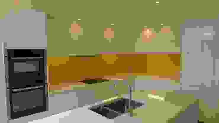 White gloss kitchen with yellow glass splashback von Style Within Modern Quarz