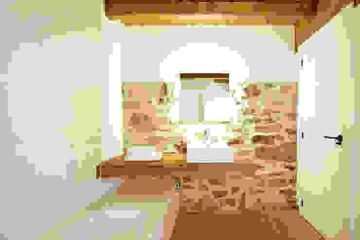 Baño rural reformado Baños de estilo rústico de METRIA Rústico Piedra