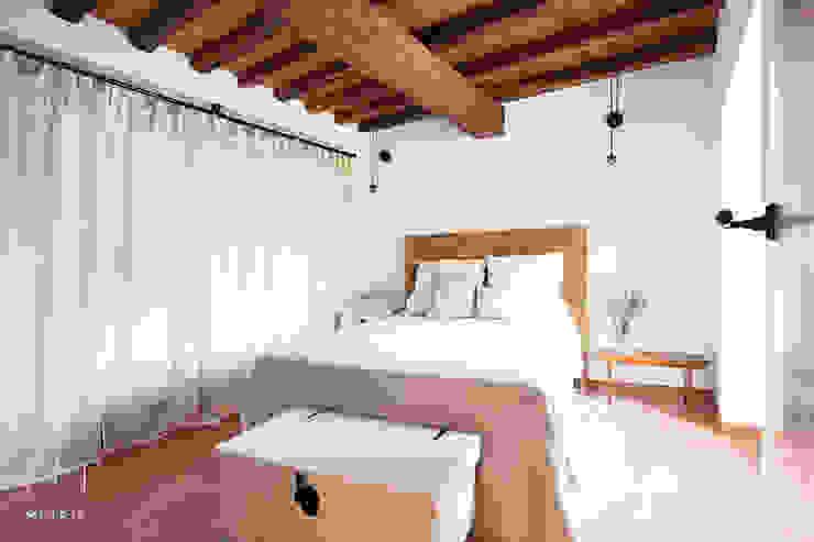 Dormitorio de matrimonio de METRIA Rústico Madera maciza Multicolor