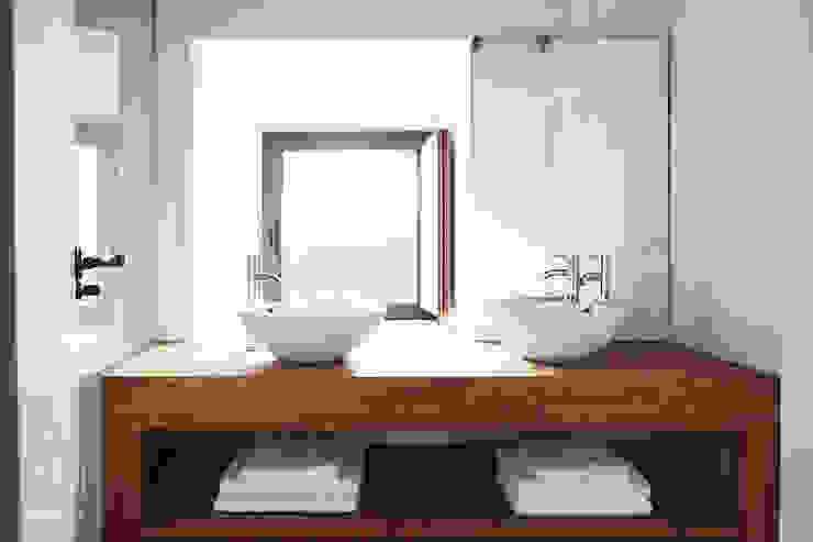 Baño en suite de METRIA Rústico Madera maciza Multicolor