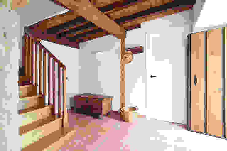 Vestíbulo de entrada reformado Pasillos, vestíbulos y escaleras de estilo rústico de METRIA Rústico Madera Acabado en madera