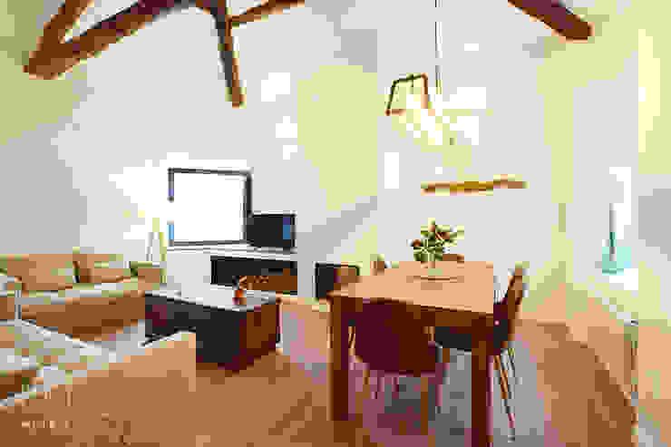 Rehabilitación de casa de campo Salones rústicos de estilo rústico de METRIA Rústico Madera Acabado en madera