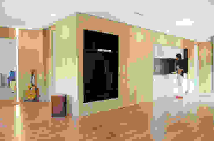 Piel de madera que integra todos los usos Livings de estilo moderno de Loft 26 Moderno Madera Acabado en madera