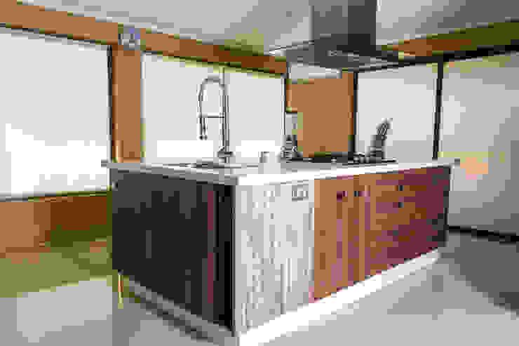 Cocina Taupe de Innova Design Moderno Cuarzo