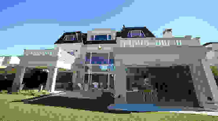 Rumah Modern Oleh ARQCONS Arquitectura & Construcción Modern