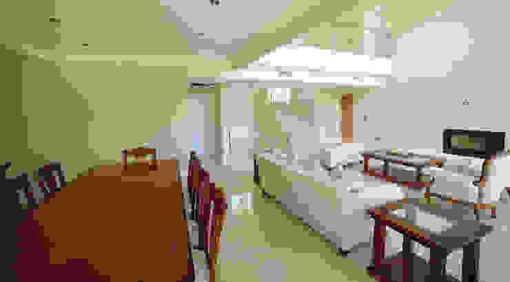 Ruang Keluarga Modern Oleh ARQCONS Arquitectura & Construcción Modern