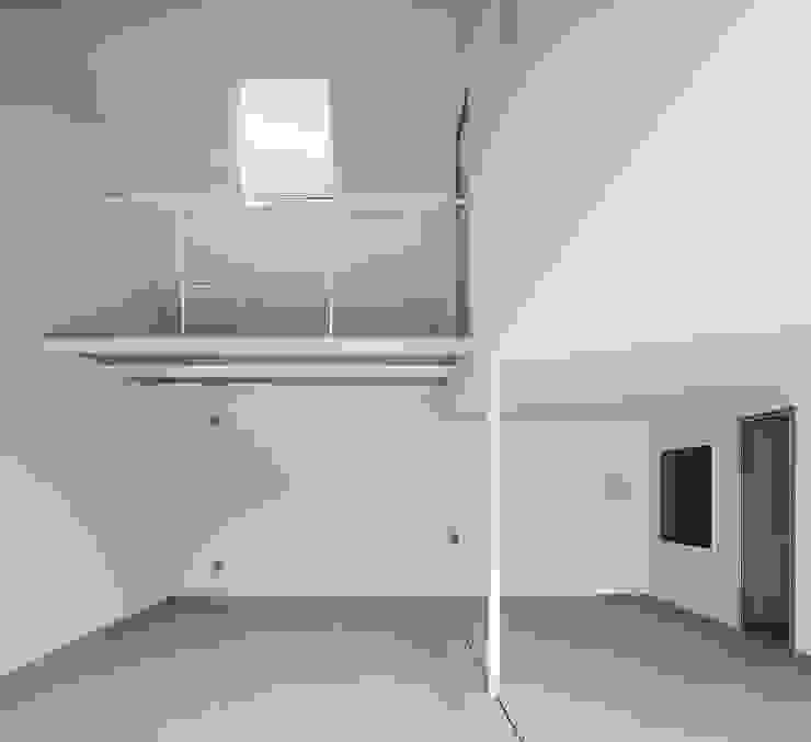 Moderne Garagen & Schuppen von ピークスタジオ一級建築士事務所 Modern