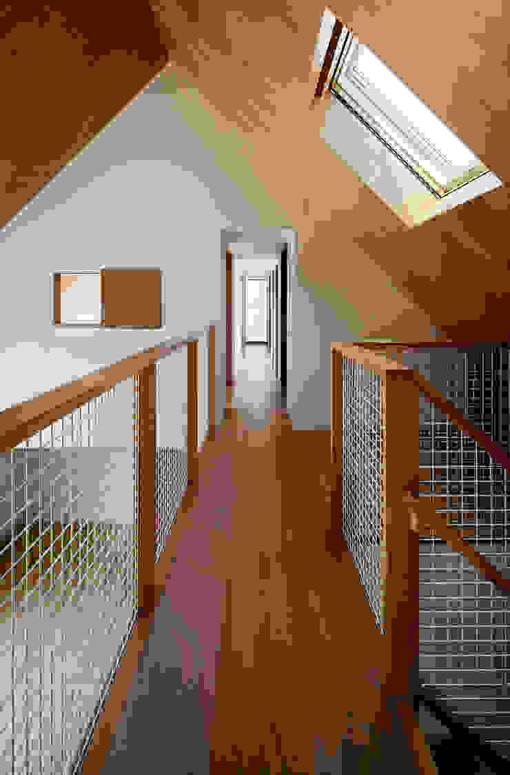 Moderner Flur, Diele & Treppenhaus von ピークスタジオ一級建築士事務所 Modern