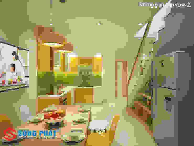 KTS đã tận dụng khoảng trống dưới chân cầu thang để đặt các tủ kệ. Phòng ăn phong cách hiện đại bởi Công ty TNHH TK XD Song Phát Hiện đại Đồng / Đồng / Đồng thau