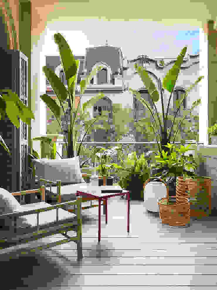 Balcones y terrazas de estilo moderno de The Room Studio Moderno