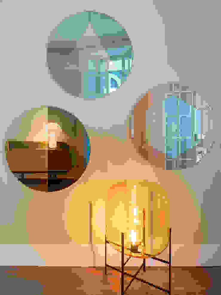 Pasillos, vestíbulos y escaleras de estilo moderno de The Room Studio Moderno
