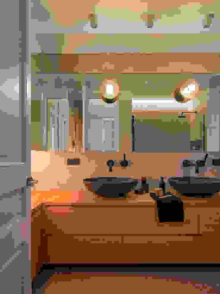 Baños de estilo moderno de The Room Studio Moderno