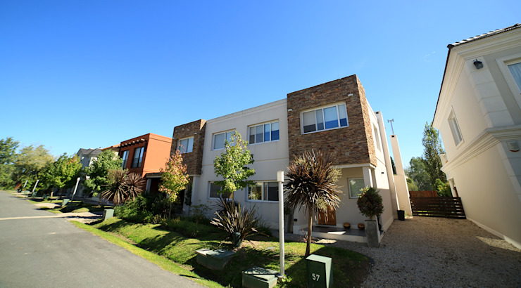 Modern houses by ARQCONS Arquitectura & Construcción Modern