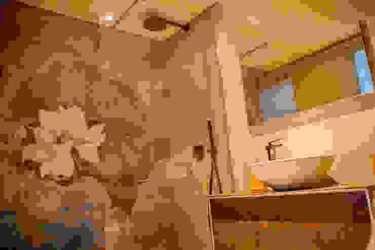 detalle de papel pintado Baños de estilo moderno de DC PROJECTS Diseño de interior Málaga Moderno