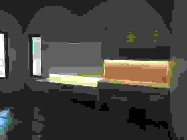 meja televisi:modern  oleh luxe interior , Modern Kayu Lapis