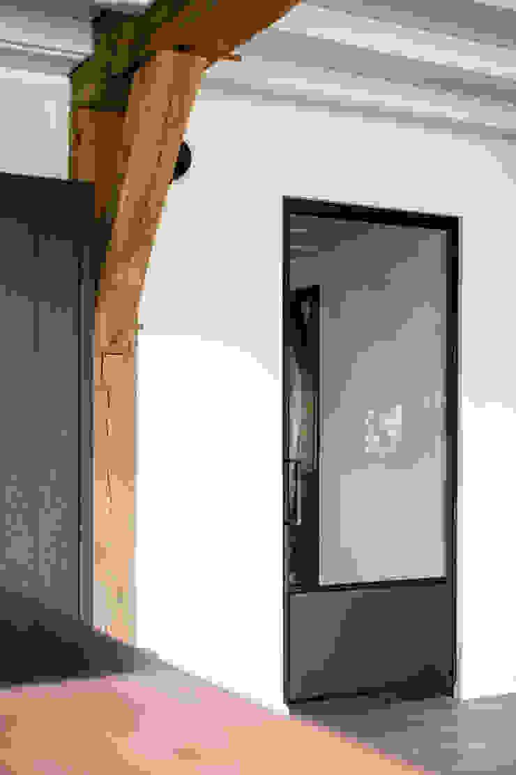 Verbouwing landelijke villa met moderne accenten Bob Romijnders Architectuur + Interieur Moderne gangen, hallen & trappenhuizen