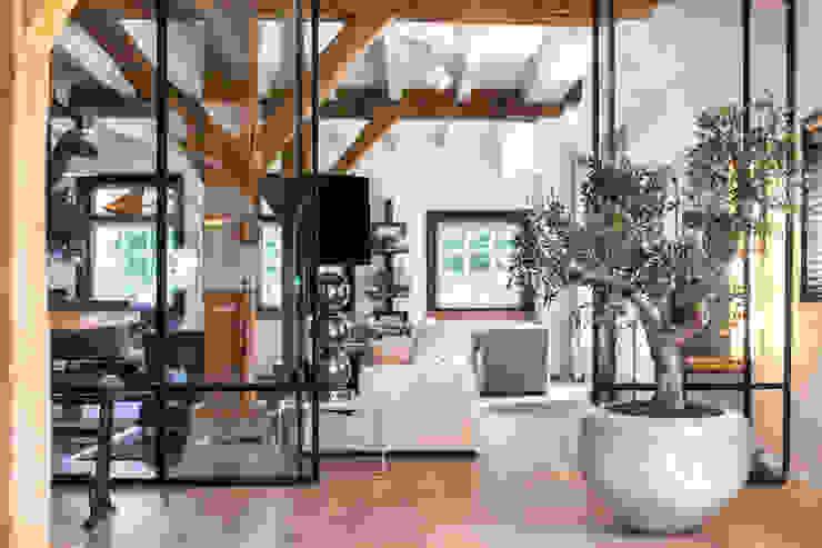 Verbouwing landelijke villa met moderne accenten Bob Romijnders Architectuur + Interieur Moderne woonkamers