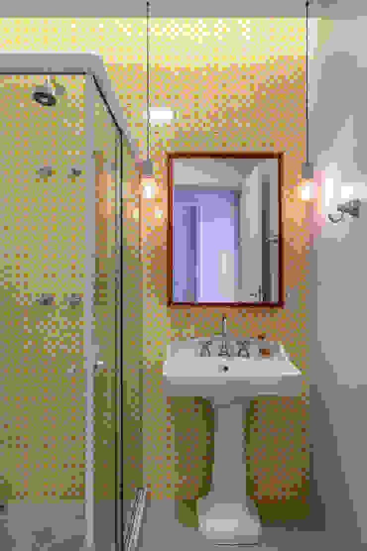 Raquel Junqueira Arquitetura Salle de bain moderne Tuiles Jaune