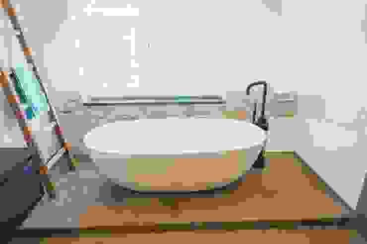 Wit bad met zwarte kraan JEE-O sanitair Industriële badkamers van De Eerste Kamer Industrieel IJzer / Staal