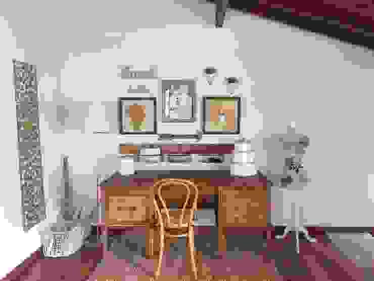 Estudio: Estudios y despachos de estilo  por Nancy Trejos, Clásico Madera Acabado en madera