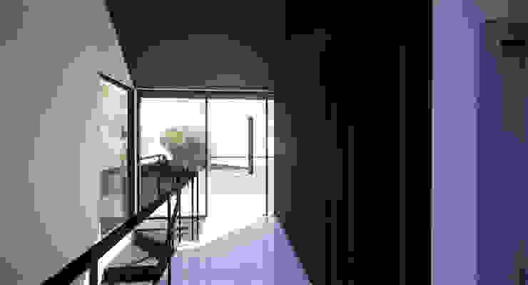 Minimalist corridor, hallway & stairs by MASR | Estudio de arquitectura Minimalist