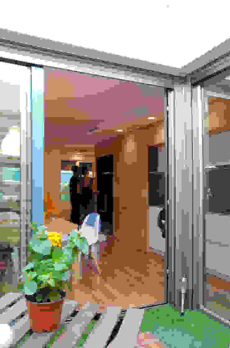 Patio integrado en la vivienda Balcones y terrazas modernos de Loft 26 Moderno Aluminio/Cinc