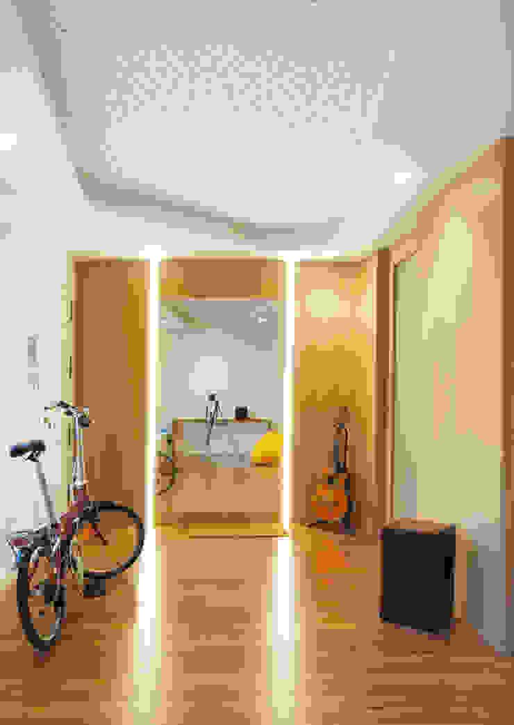 Vivienda para un músico Pasillos, vestíbulos y escaleras modernos de Loft 26 Moderno Madera Acabado en madera
